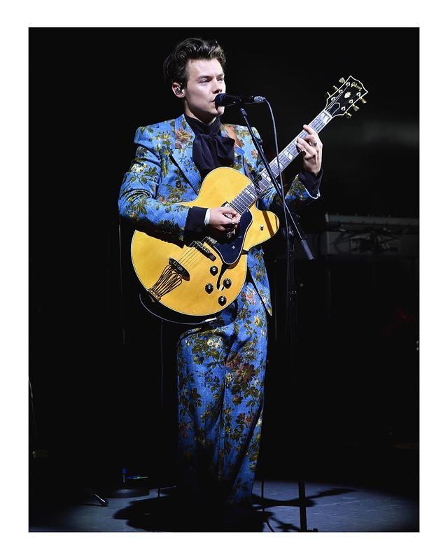 画像: Gucciのスーツを着用し、パフォーマンスするハリー・スタイルズ。