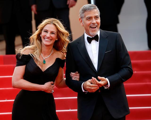 画像: カンヌ映画祭で、親友のジョージ・クルーニーと爆笑するジュリア。この内側から輝く美しさが、世界の人々を惹きつけている。