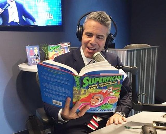 画像: 自分の本を満足そうに読むアンディ