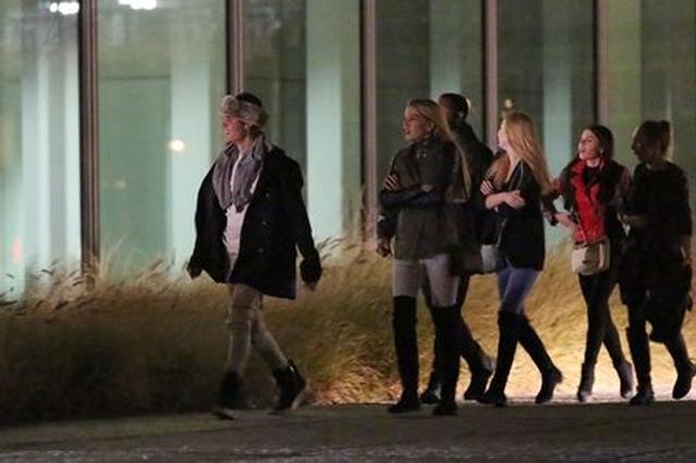 画像: 一人先頭に立って歩くジャスティン。そしてその後ろを、同じようなニーハイブーツを履いた女の子たちがゾロゾロ。ジャスティン好みのファッションはこんな感じなのか?