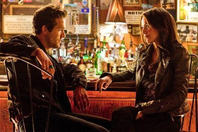 画像: ライアンとブレイクは2010年に映画『グリーン・ランタン』での共演がキッカケで出会い、友人としての期間を経て2011年に交際に発展。その後、2012年9月に結婚した。写真は『グリーンランタン』のワンシーンより。