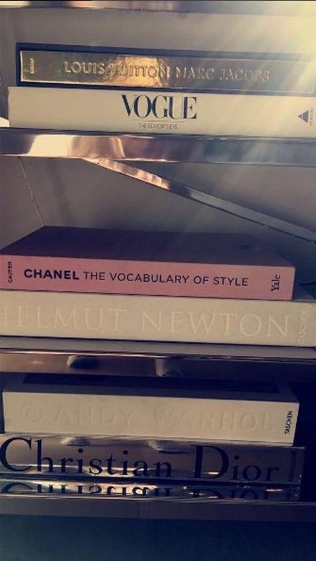 画像: 本もインテリアのアクセントとして使用。背表紙がおしゃれなファッション系の本を集めて、アート作品かのように並べて。