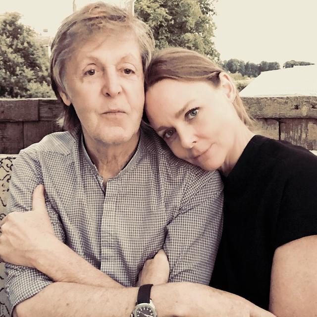 画像: 父のポール・マッカートニーとステラ・マッカートニー