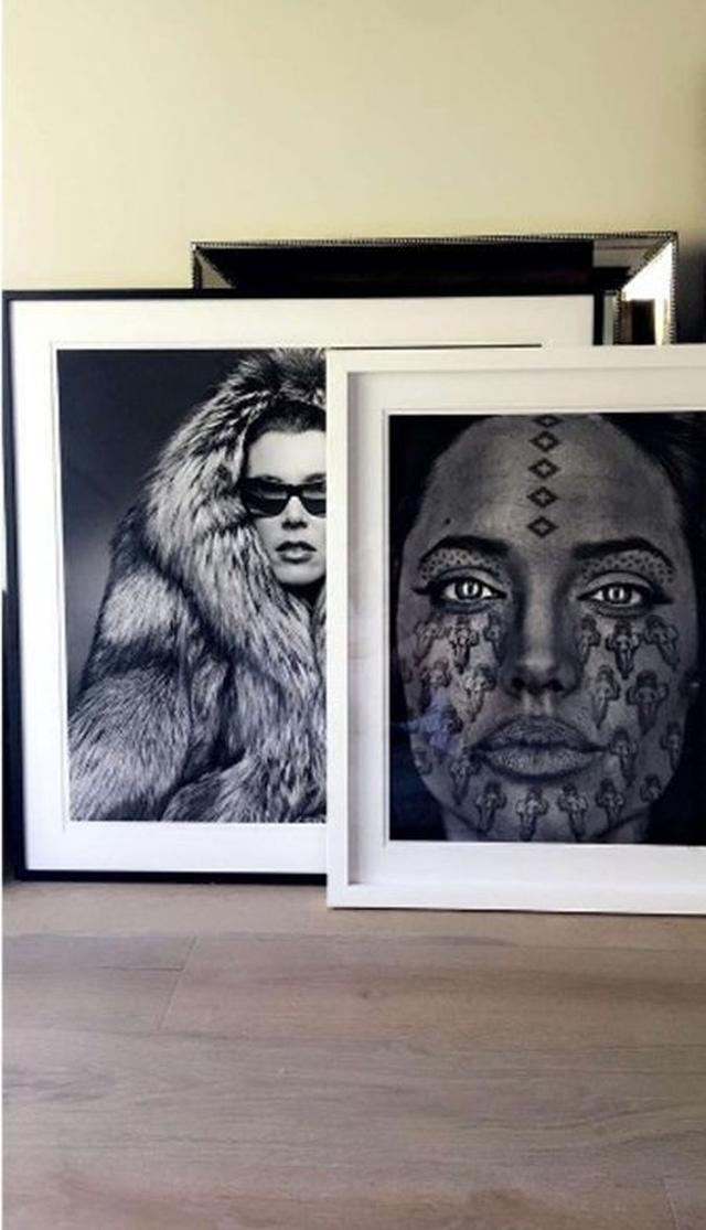 画像: アート作品集めに目がないカイリー。アンジェリーナ・ジョリーをモチーフにした作品など、グラフィカルなアートが多数。