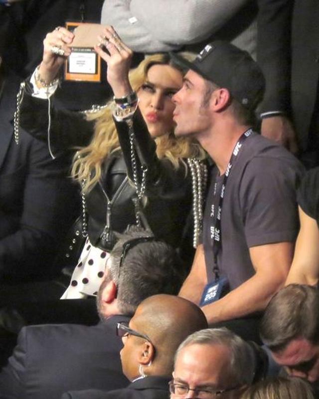 画像: 最初は緊張していた様子のザックも慣れてきたのか、マドンナと顔を近づけて。