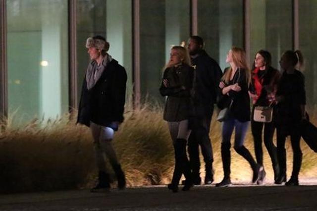 画像: 4人の女の子を引き連れて、寒いチェコの街を移動。