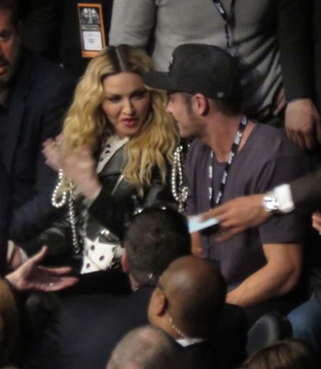 画像: ザックにキスをされたマドンナもまんざらでもない様子。