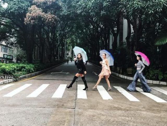 画像: 傘をさして歩いているだけなのに絵になる!