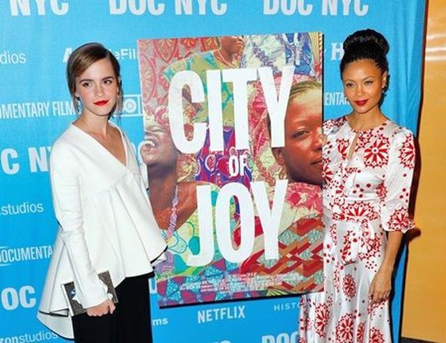 画像2: エマ・ワトソンが女性の支援団体「シティ・オブ・ジョイ」の映画プレミアに登場