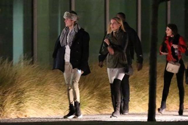 画像: ジャスティンは雪が降るほど寒いチェコで、暖かそうなファー帽子を愛用。