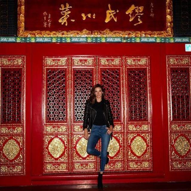 画像: アレッサンドラは歴史的な建物を見学。