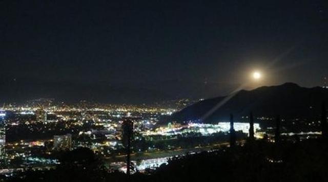画像: モデルであり女優のカーラ・デルヴィーニュは、「スーパームーンよ」と、街の明かりに負けないくらい強い光を放っている美しい月の写真を投稿した。