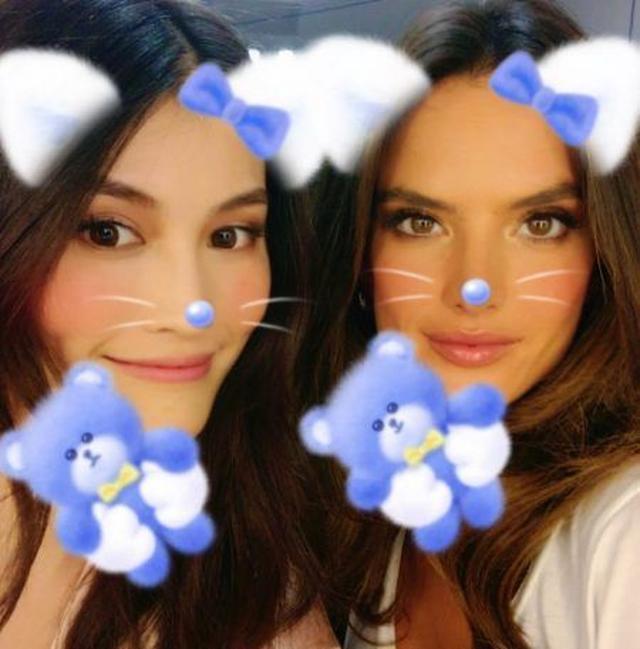 画像: スイとアレッサンドラはスマホのフィルターアプリでお遊び。