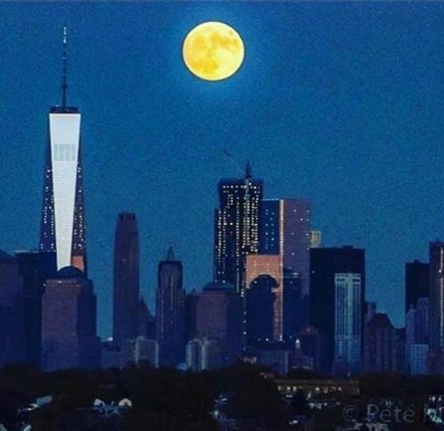 画像: モデルのナオミ・キャンベルは、街を照らす美しい月の絵と共に「#美しい #スーパームーン #1948年以来の大きさ」と、ハッシュタグをたくさん使って。