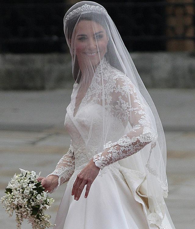 画像: 結婚式でも指先はヌーディなカラーなのが分かる。