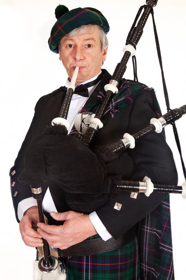 画像: バグパイプとは数本のパイプが付いた民族楽器。