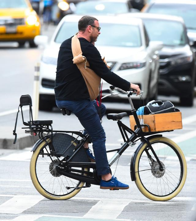 画像1: 愛犬とサイクリング中のリーヴ