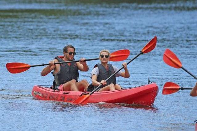 画像: 彼氏のトムとハワイ旅行中にカヤック遊び。