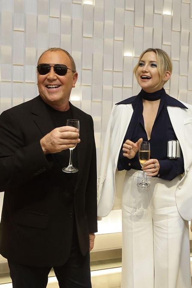 画像: イベント中もシャンパン片手に談笑する姿が多く見られた。