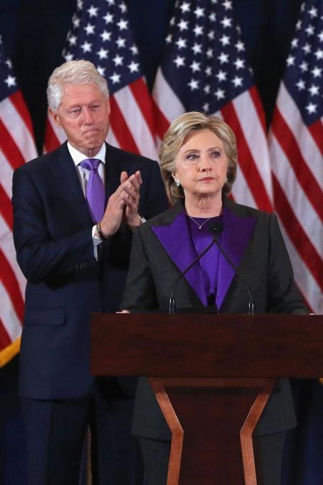 画像: 夫のビル・クリントン氏も同じパープルのネクタイを着用。