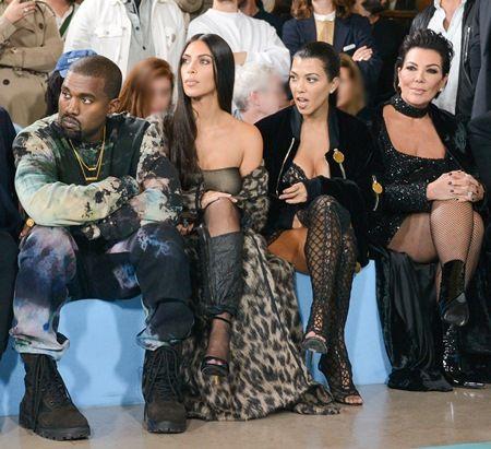 画像: 母クリス(右)は娘たちと共にパリ入りしていた。パリのファッションショーにて、右からクリス、長女コートニー、次女キム、キムの夫カニエ。