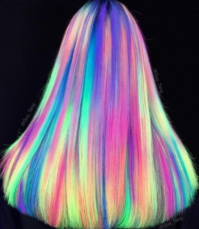 画像: ブラックライトをあてると、光りだす髪の毛は注目の的。