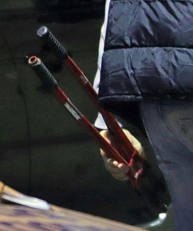 画像: ボルトカッターを手にした捜査官の姿も。
