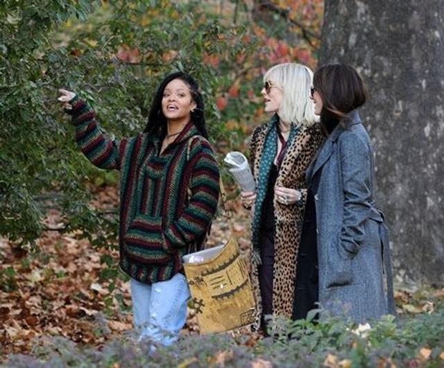 画像: オスカー女優2人に「見て見て~!」と、言わんばかりのリアーナの表情。