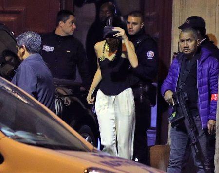画像: 警察と一緒に建物を後にするケンダル。