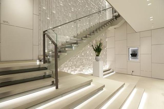 画像: 2階へと上がる階段は優雅なデザイン。