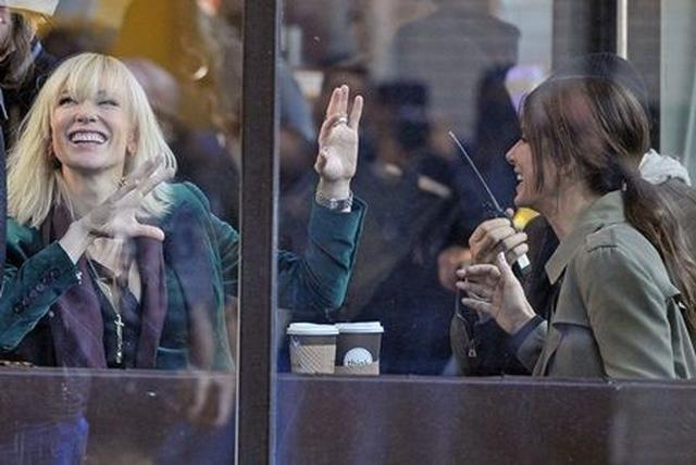 画像: カフェでのシーンの合間に談笑するケイトとサンドラ。