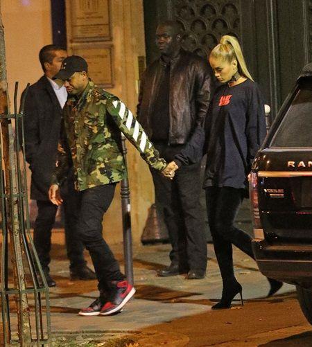 画像: 友人のジャスミンは俳優の恋人テレンスJに手を引かれて。