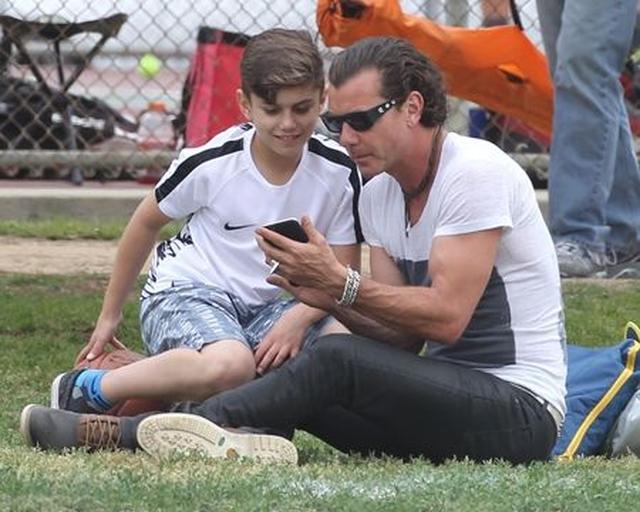 画像: 公園では父親とスマホゲームに夢中。まさに現代っ子。