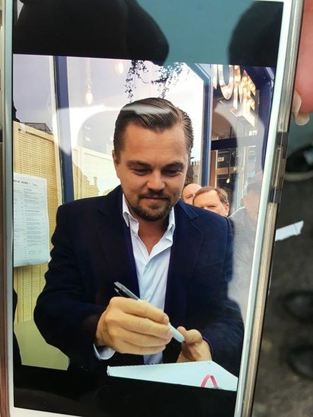 画像: ファンの女性がサインしてもらている際に撮った写真を見せてくれた。
