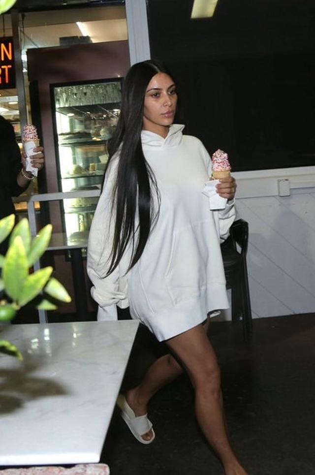 画像: 療養を続けているキム。10月25日には友人と一緒にLAのアイスクリーム店を訪れた。
