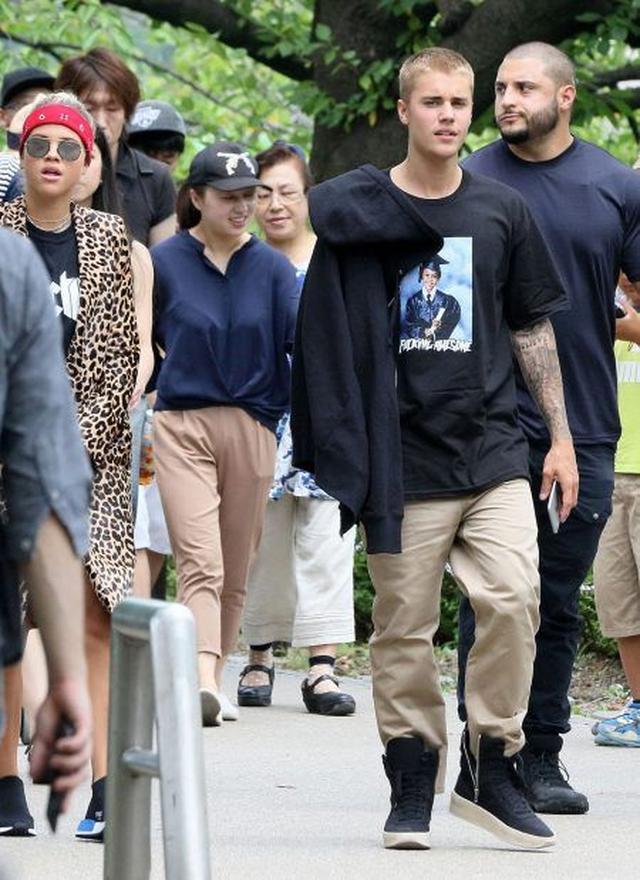 画像: ジャスティンの背後に写っているのがマイキー。8月に熱愛のウワサがあったモデルのソフィア・リッチーを連れて来日した際にも2人を護衛していた。