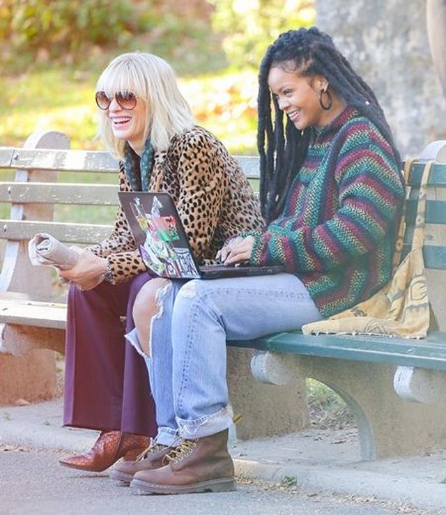 画像: カットの声がかかると、共演者のケイトと談笑。