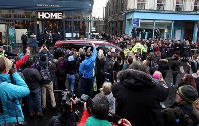 画像: レオナルドを乗せた車は数百人の群衆に見送られながらレストランを後に。