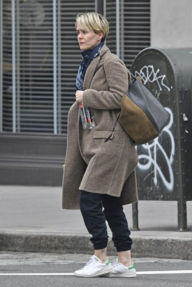 画像: 10月半ばにNYの撮影現場近くで、出演がウワサされているドラマ『アメリカン・ホラー・ストーリー』のサラ・ポールソンをキャッチ。