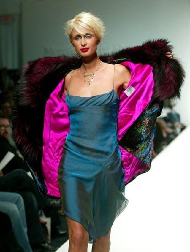 画像: モデルとしてランウェイを歩くパリス。
