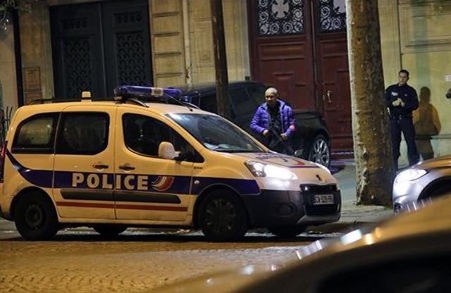 画像: 午前3時、事件があった建物の前には数台のパトカーが泊まっていた。