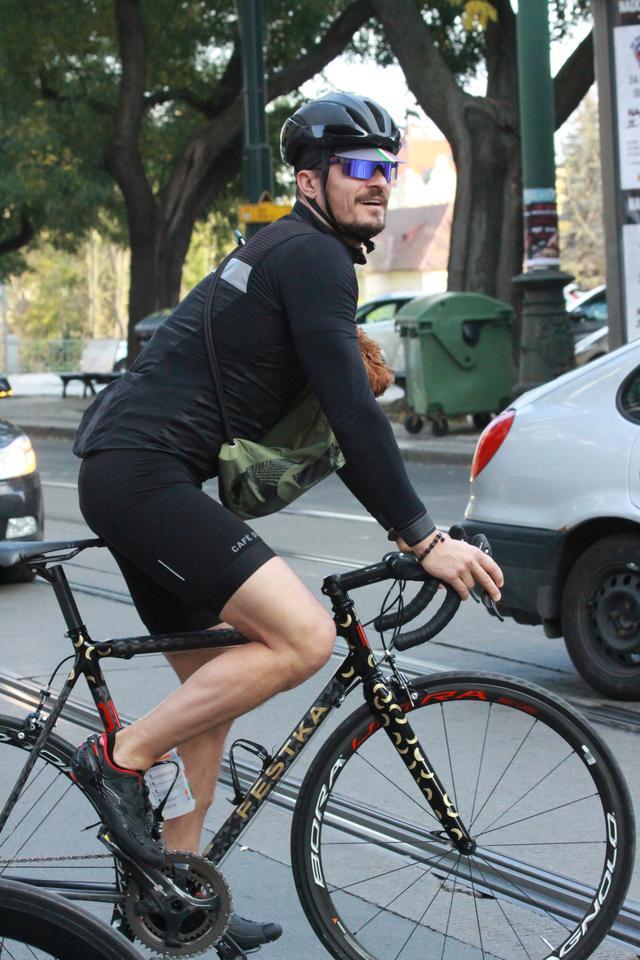 画像2: オーランド・ブルーム、愛犬と一緒に自転車に乗る姿がカンガルーのよう