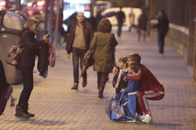 画像: 事件直前、街中でファンと写真を撮るジャスティン。