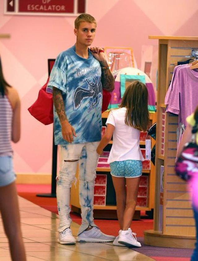 画像: 子供服&おもちゃのショップに入ると、ジャズミンちゃんは自由に商品を物色。