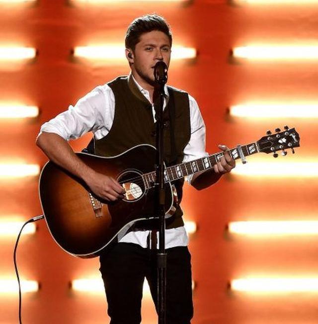 画像: アワードの大舞台でのソロパフォーマンスは初めてながら、堂々とした歌いっぷりと甘い歌声で会場をウットリさせた。