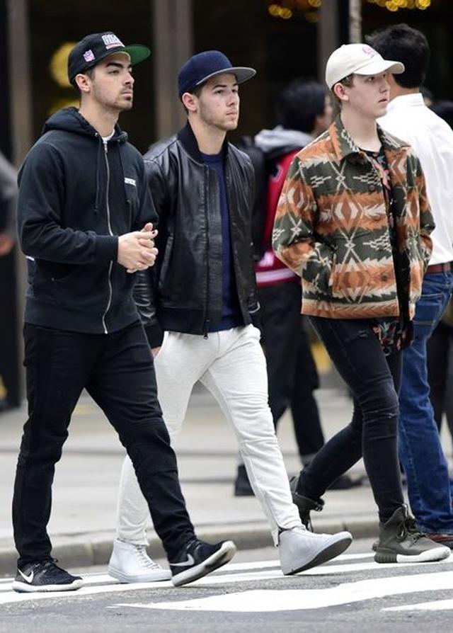 画像: 左からジョー・ジョナス、ニック・ジョナス、フランキー・ジョナス。