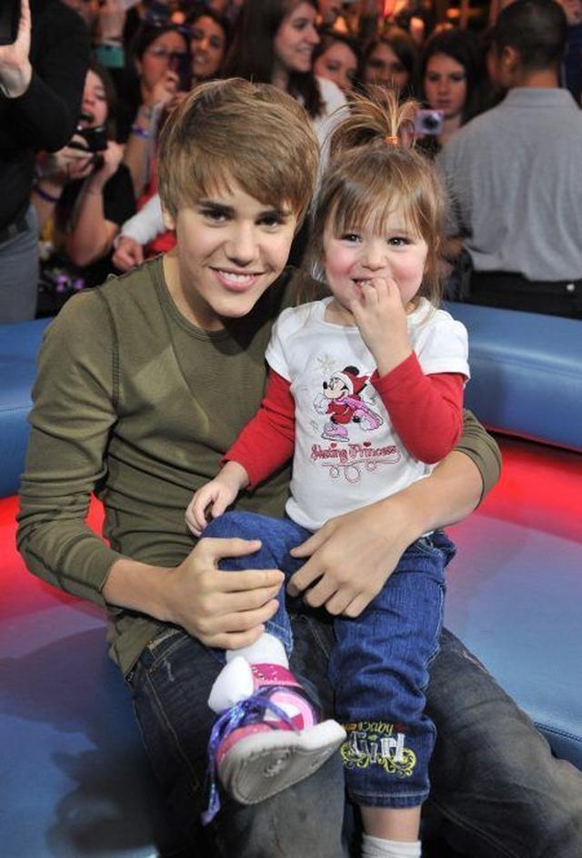 画像: 2011年にカナダのテレビ番組に出演した際のジャスティンとジャズミンちゃん。