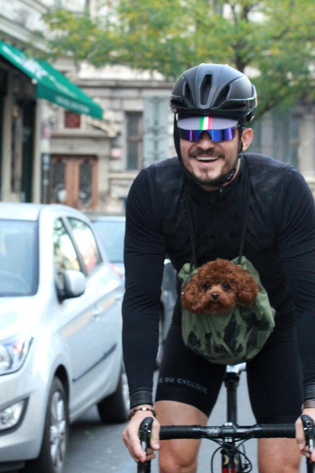 画像1: オーランド・ブルーム、愛犬と一緒に自転車に乗る姿がカンガルーのよう