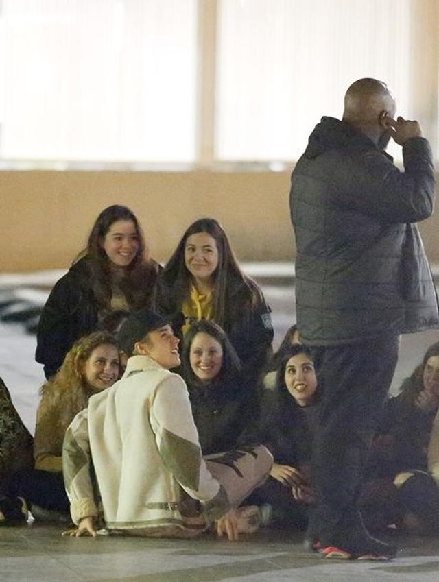 画像: ジャスティンと空港の外で座り込み夢のような時間を過ごすファンたち。