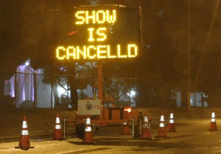画像: カニエの公演中止を知らせる看板。